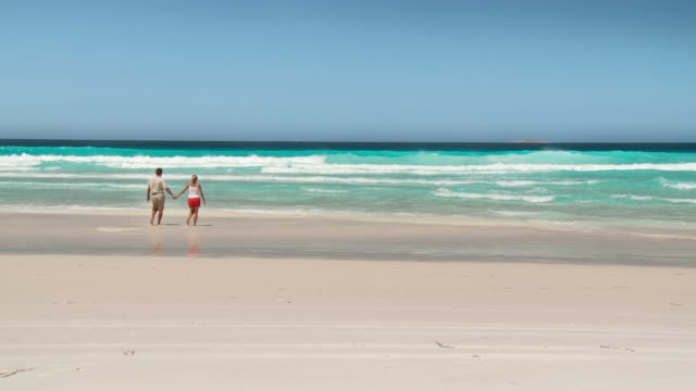 hd: couple walking on the beach - western australia bildbanksvideor och videomaterial från bakom kulisserna