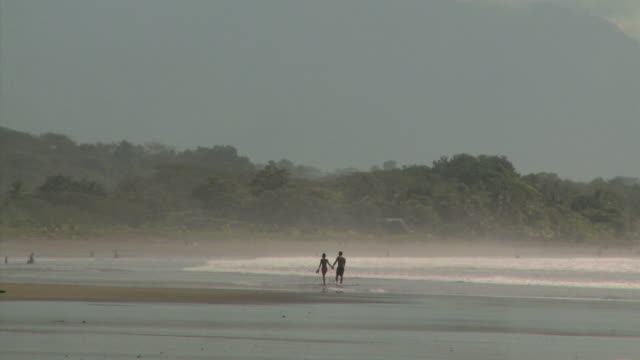 couple walking on the beach - andere clips dieser aufnahmen anzeigen 1157 stock-videos und b-roll-filmmaterial