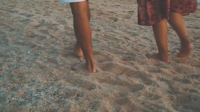 stockvideo's en b-roll-footage met paar lopen op het san, 4k video. - schiereiland baja california