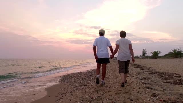 stockvideo's en b-roll-footage met paar wandelen. slow motion - heteroseksueel koppel