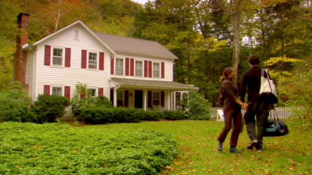 vídeos de stock, filmes e b-roll de ms, ws, couple walking towards country house, rear view, phoenicia, new york, usa - cerca