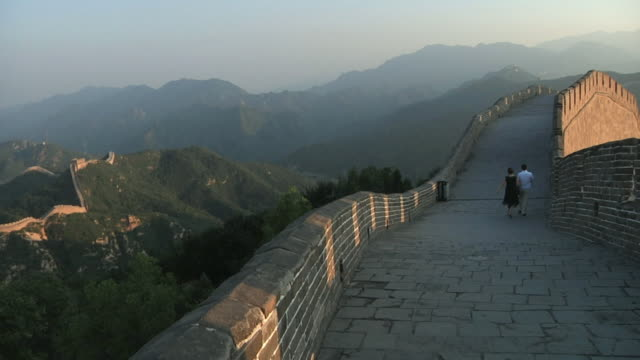 ws couple walks away on great wall of china at badaling / beijing, china - badaling great wall stock videos & royalty-free footage