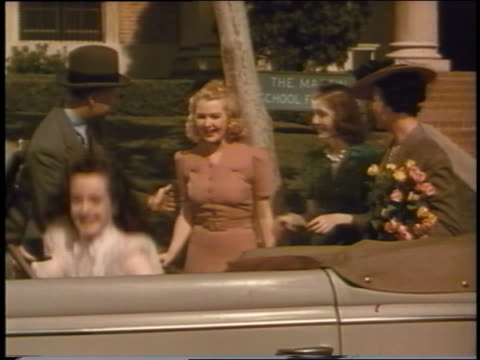 vidéos et rushes de 1939 couple watches as three teen girls get into ford convertible - couple d'adolescents