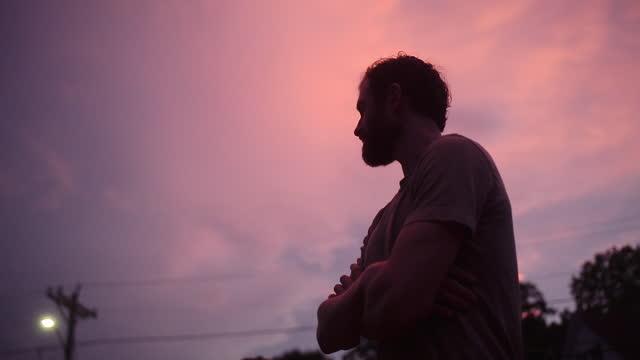 vídeos de stock, filmes e b-roll de casal assistindo pôr do sol sobre bairro - low angle view