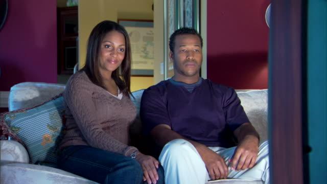 couple watching television - andere clips dieser aufnahmen anzeigen 1282 stock-videos und b-roll-filmmaterial
