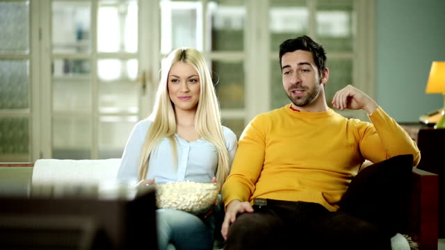 Paar vor dem Fernseher zusammen.