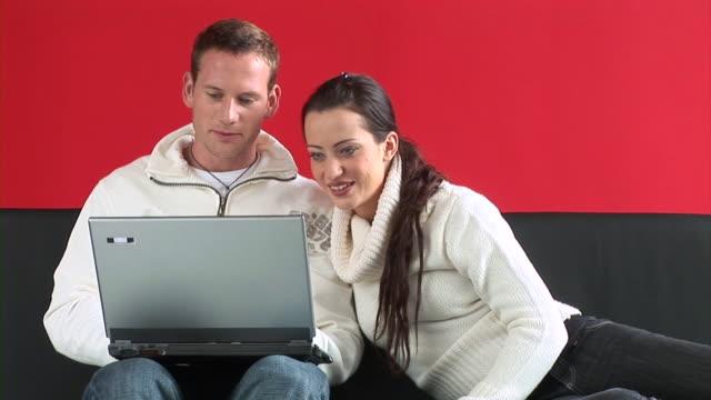 vídeos y material grabado en eventos de stock de hd: pareja con una computadora portátil - pareja de mediana edad