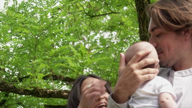 couple with baby - 生後2ヶ月から5ヶ月点の映像素材/bロール
