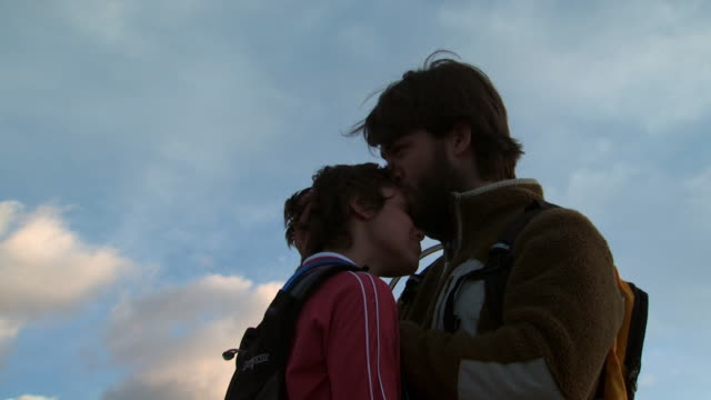 couple with backpacks outdoors embracing - andere clips dieser aufnahmen anzeigen 1147 stock-videos und b-roll-filmmaterial