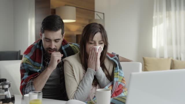 stockvideo's en b-roll-footage met echtpaar met verkoudheid - griepvirus