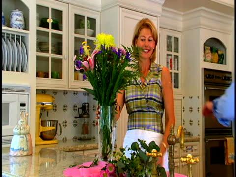 couple with flower arrangements - dreiviertelansicht stock-videos und b-roll-filmmaterial