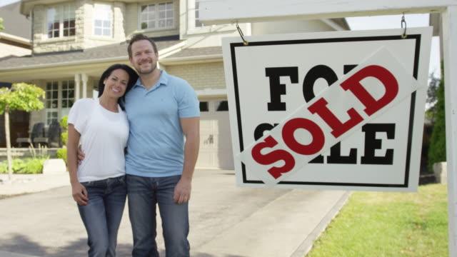"""paar mit """", verkauft für verkauf real estate sign - zweistöckiges wohnhaus stock-videos und b-roll-filmmaterial"""