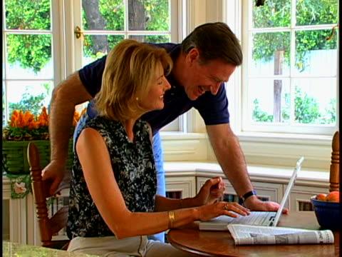 vídeos de stock, filmes e b-roll de couple with laptop - janela saliente