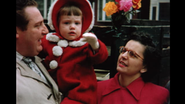 vidéos et rushes de 1955 montage couple with little girl (12 months) standing outside car, waving at camera / toronto, canada - 12 17 mois