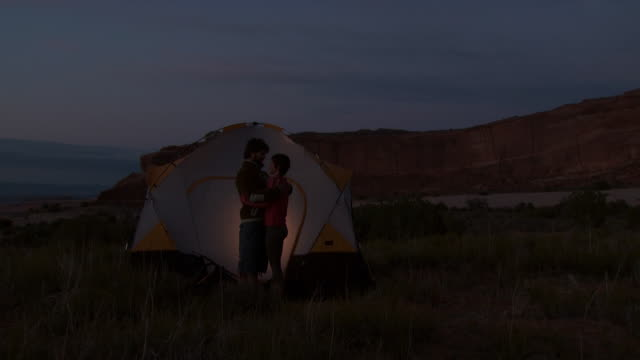 couple with tent camping outdoors at dusk - andere clips dieser aufnahmen anzeigen 1147 stock-videos und b-roll-filmmaterial