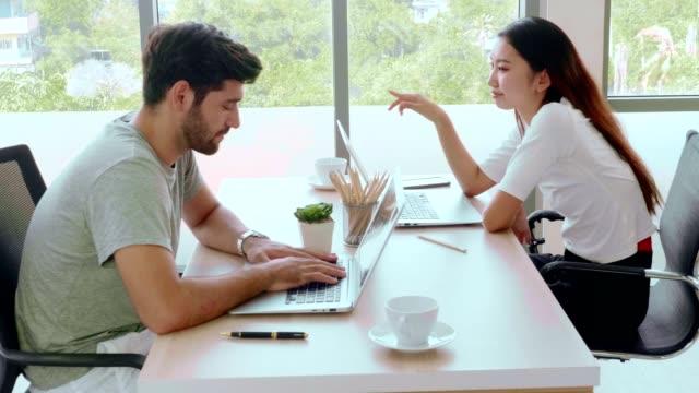 vídeos y material grabado en eventos de stock de pareja trabajando desde casa usando portátil - espacio de trabajo virtual compartido