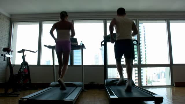 vídeos de stock, filmes e b-roll de casal trabalhando fora - esteira rolante aparelho de musculação