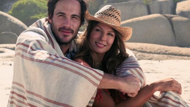 couple wrapped in towel - タオルにくるまる点の映像素材/bロール