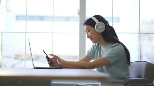 couple - young woman wearing headphone and listening music by smart phone - nodding head to music stock videos & royalty-free footage