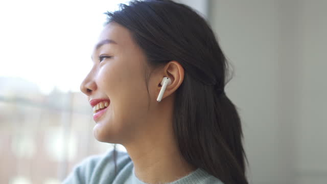 couple - young woman wearing wireless earphones and listening music - nodding head to music stock videos & royalty-free footage