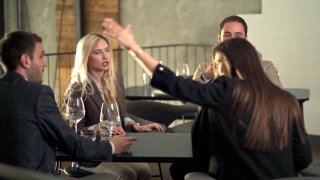 vidéos et rushes de les couples se disputent dans le restaurant - quatre personnes