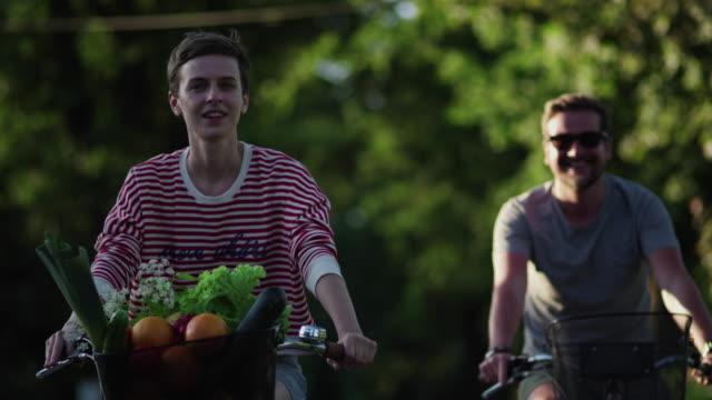 vidéos et rushes de voyage à vélo du couple - panier