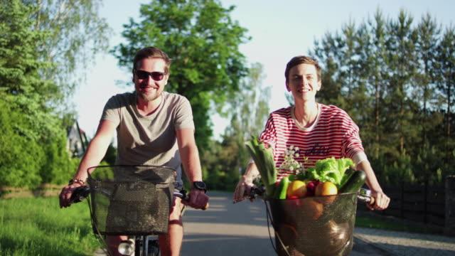 vidéos et rushes de voyage à vélo du couple - scène rurale