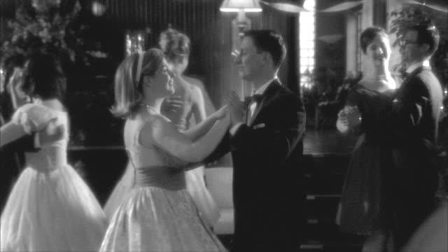 vidéos et rushes de b/w, ms, couples dancing in ballroom, rockford woman's club, rockford, illinois, usa - image en noir et blanc