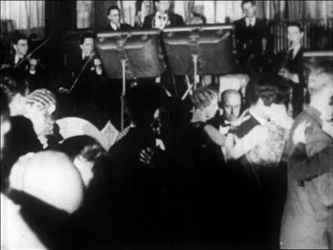 vidéos et rushes de b/w 1928 couples dancing in villa vallee nightclub / nyc / newsreel - manhattan