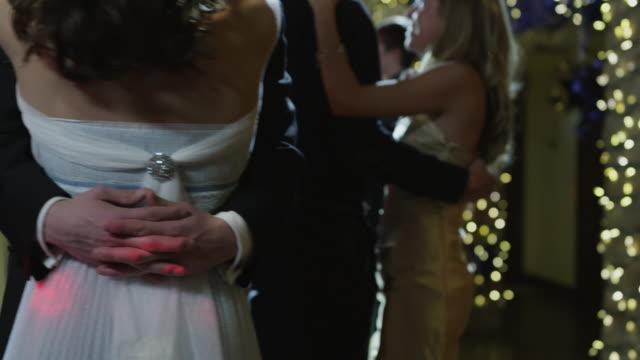 ms tu couples (14-15) dancing on prom night / cedar hills, utah, usa - 高校卒業ダンスパーティ点の映像素材/bロール
