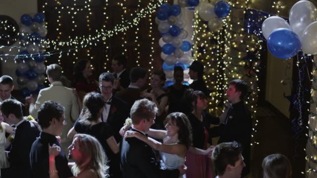 ms cs r/f couples (12-18) dancing on prom night under disco ball / cedar hills, utah, usa - 高校卒業ダンスパーティ点の映像素材/bロール