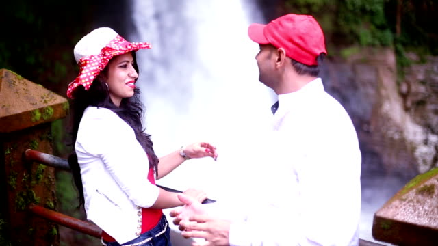 ゴア、インドの夏の休暇を楽しんでいるカップル - indian ethnicity点の映像素材/bロール