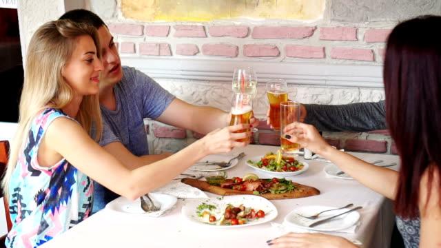 vídeos y material grabado en eventos de stock de parejas en restaurante - hambriento