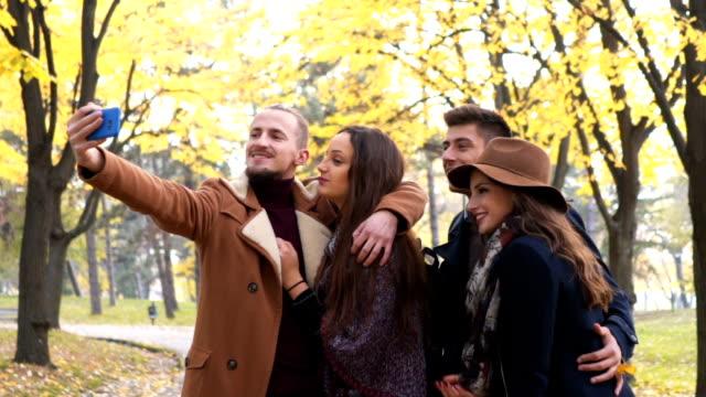 paare machen selfie - etwas herstellen stock-videos und b-roll-filmmaterial