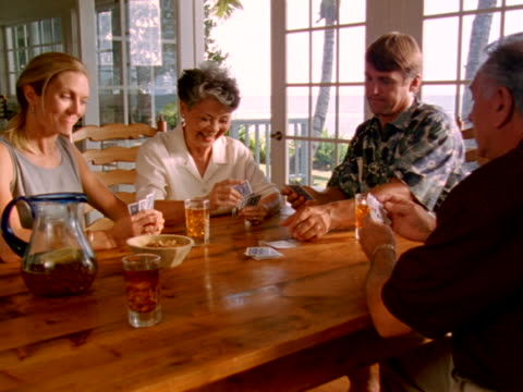 couples playing card game - アイスティー点の映像素材/bロール
