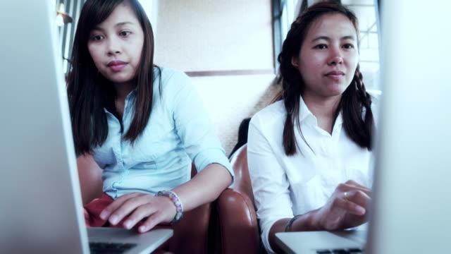 vídeos de stock, filmes e b-roll de mulher casais usando o computador no café - trabalhadora de colarinho branco