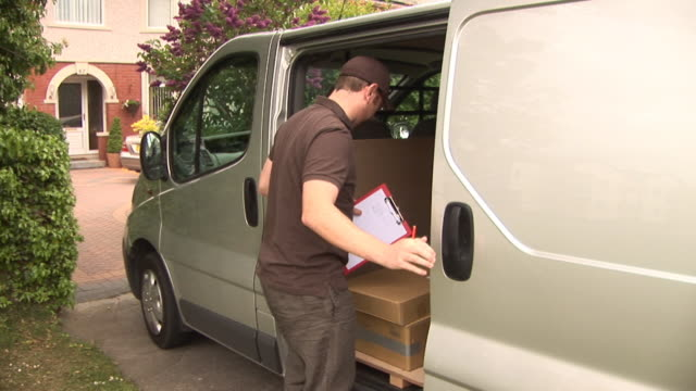 stockvideo's en b-roll-footage met courier / delivery man in van (logistics home delivery) - commercieel landvoertuig