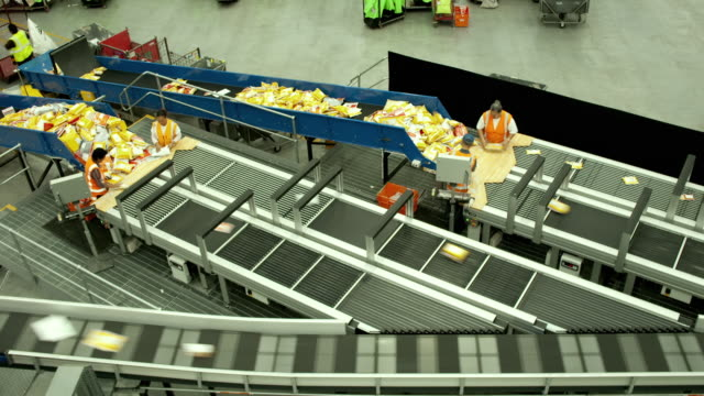 t/l ws ha courier envelopes being sorted into conveyer system, auckland, new zealand - コンベヤーベルト点の映像素材/bロール