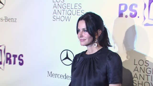 vídeos de stock e filmes b-roll de courteney cox at the 15th annual los angeles antiques show 2010 at santa monica ca. - vestido preto