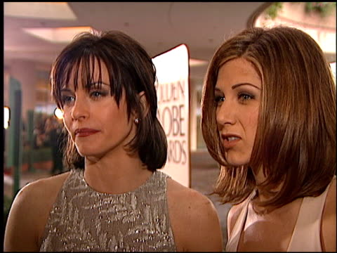 vidéos et rushes de courteney cox at the 1996 golden globe awards at the beverly hilton in beverly hills, california on january 21, 1996. - golden globe awards