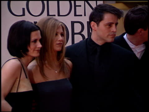 vidéos et rushes de courteney cox at the 1998 golden globe awards at the beverly hilton in beverly hills, california on january 18, 1998. - golden globe awards