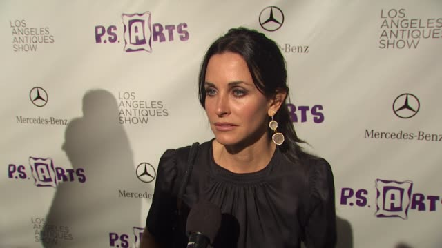 vídeos de stock, filmes e b-roll de courteney cox on being one of tonight's hosts why it is so important to support ps arts and keep these programs in the school system and if she is a... - cabelo preso
