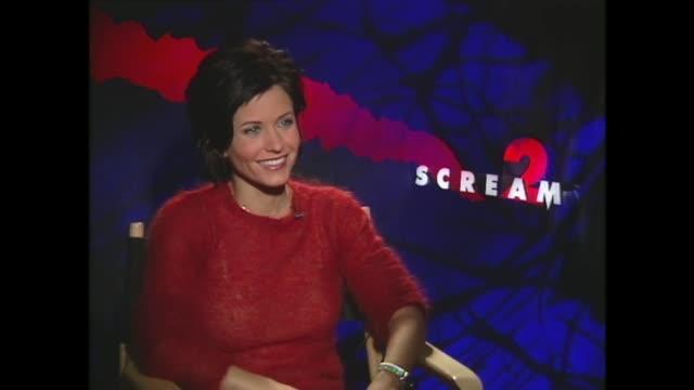 vídeos y material grabado en eventos de stock de courteney cox talks about working with david arquette - scream named work