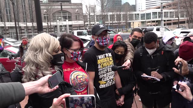 stockvideo's en b-roll-footage met courteney ross, george floyd's former girlfriend, speaks to the media as people gather at hennepin county courthouse before verdict and celebrate... - oordeel juridische procedure