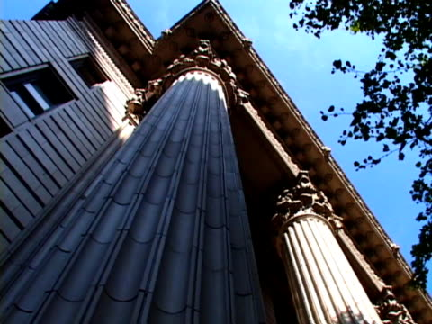stockvideo's en b-roll-footage met courthouse pillars - stadsdeel