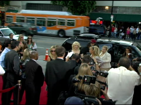 stockvideo's en b-roll-footage met courtney love and pamela anderson at the 'rize' los angeles premiere at the egyptian theatre in hollywood california on june 21 2005 - courtney love