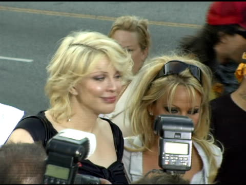 courtney love and pamela anderson at the 'rize' los angeles premiere at the egyptian theatre in hollywood, california on june 21, 2005. - コートニー・ラブ点の映像素材/bロール