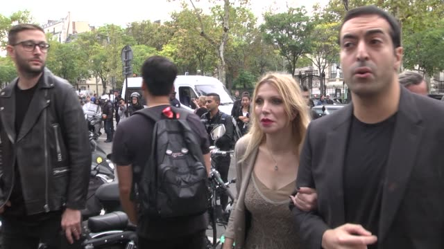 courtney love arrives at the rick owens show as part of the paris fashion week womenswear spring/summer 2018 on september 28, 2017 in paris, france. - コートニー・ラブ点の映像素材/bロール