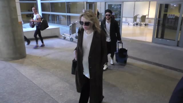 courtney love arrives back in usa with daughter frances bean cobain and her new boyfriend at lax airport in los angeles in celebrity sightings in los... - コートニー・ラブ点の映像素材/bロール