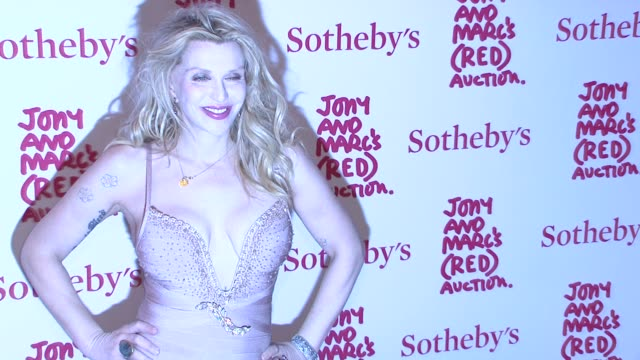 courtney love at jony and marc's auction at sotheby's on in new york city. - コートニー・ラブ点の映像素材/bロール